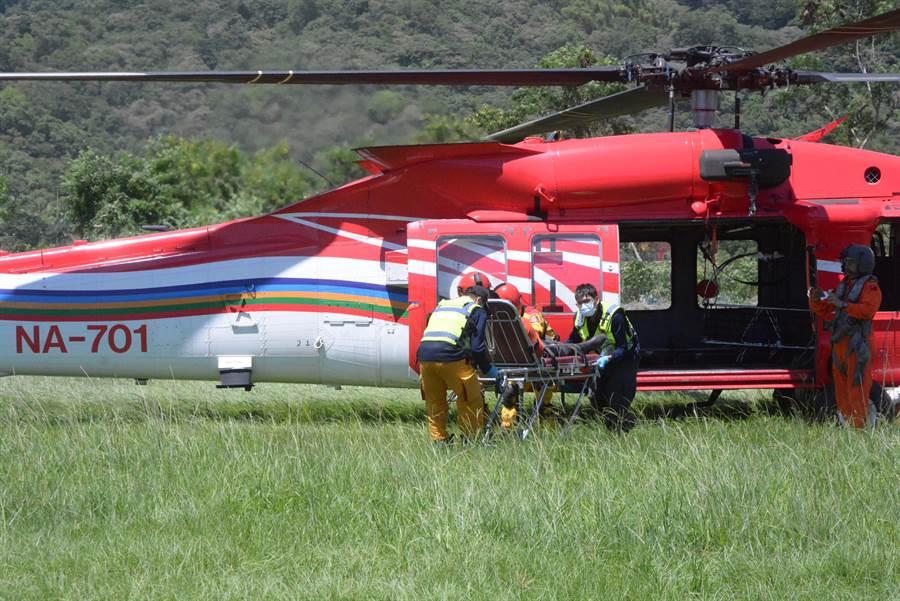 直升機緊急吊掛,來到德興棒球場,轉由救護車送醫。(王志偉攝影)