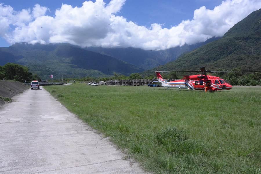 救護車在旁等待直升機降落。要將傷者送醫。(王志偉攝)