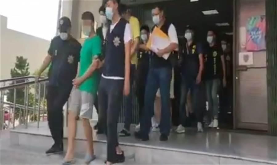 詐騙集團藏身台南別墅 警攀降攻堅逮5人。(圖/翻攝自畫面)