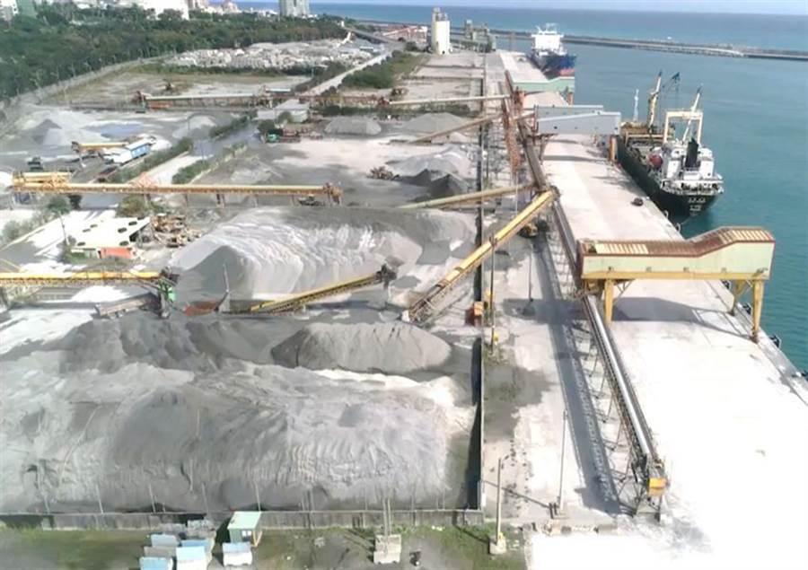 圖為花蓮港砂石儲運基地及密閉式裝船設備。(圖/台灣港務公司提供)