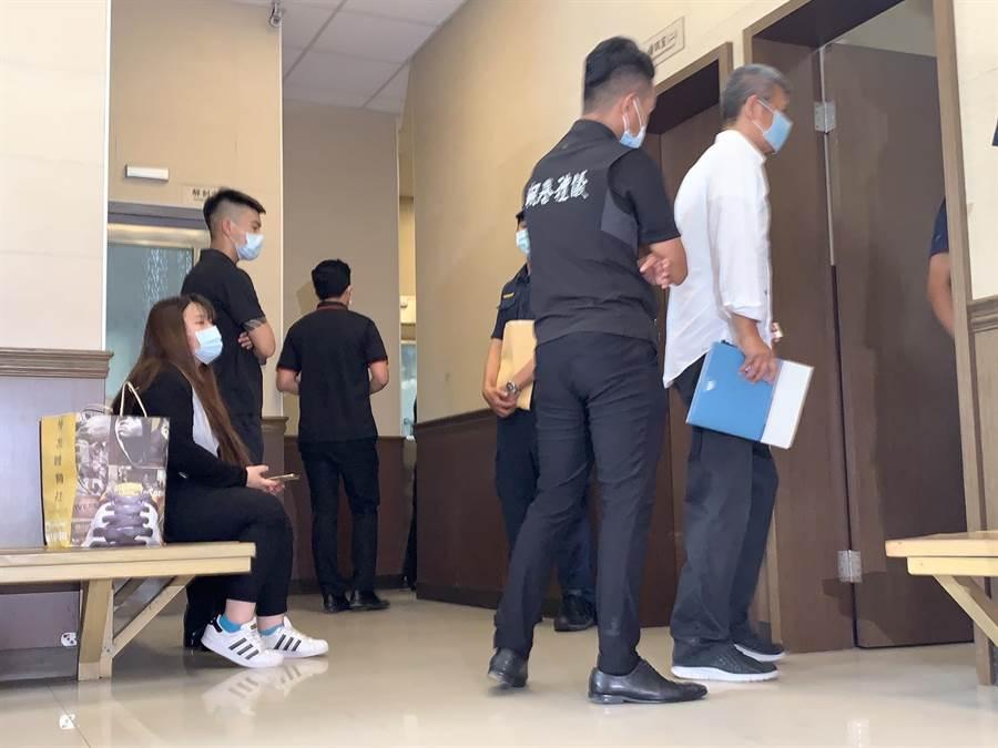黄鸿升父亲18日下午也到板桥殡仪馆,希望了解小鬼真正死因。(王扬杰摄)