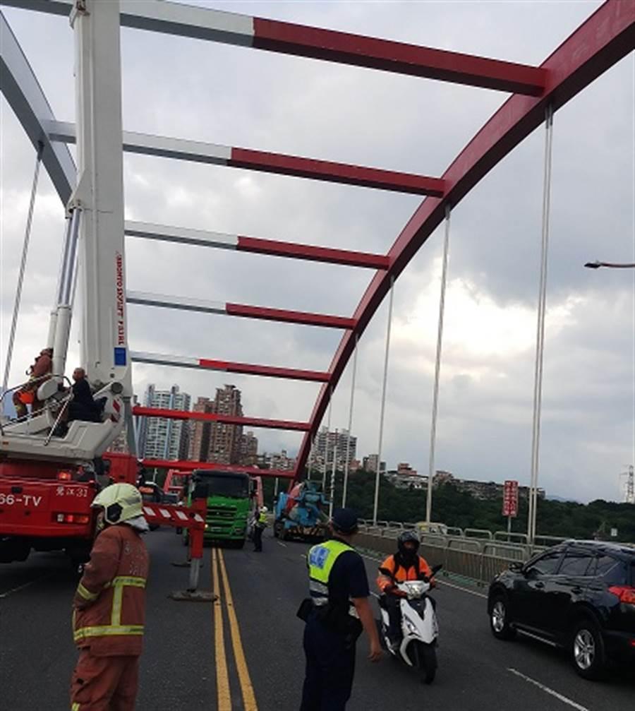 男站上關渡橋頂跳河 警跟爬救援 網驚呼:腿軟(圖/新北消防提供)