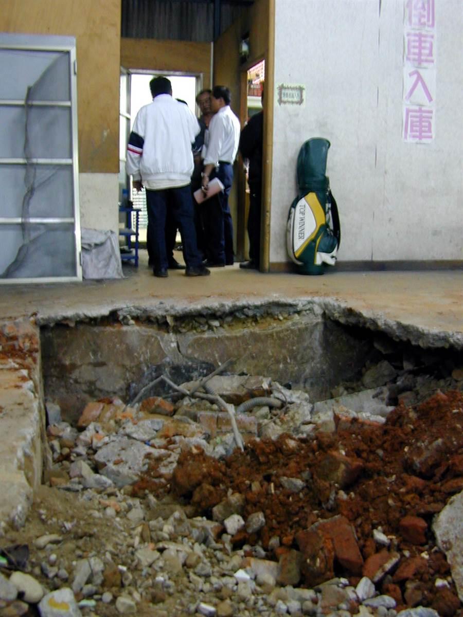民國92年桃園警方挖掘熊耀國可能在桃園鬧區埋金,惜徒勞無功,現場將做復原。(蘇守華攝)