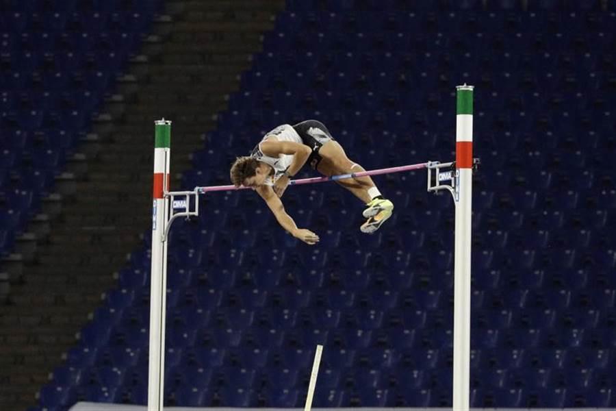 瑞典年輕好手杜普蘭蒂斯超越「鳥人」布卡締造的男子撐竿跳世界紀錄。(美聯社)