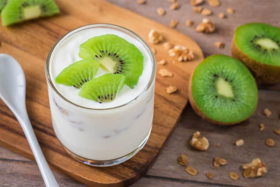 網路謠傳奇異果不適合跟牛奶一起吃,有可能會阻礙消化、影響吸收,還會引起腹部不適。但專業營養師張斯蘭批評根本無稽之談。(圖取自達志影像)