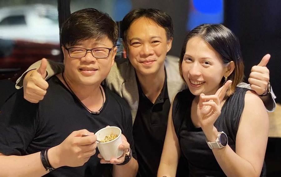 看好電競市場,VAR LIVE公司創辦人王樑華(左)與義大數媒系主任孫志彬(中)產學合作,攜手進軍全球市場。(林雅惠攝)