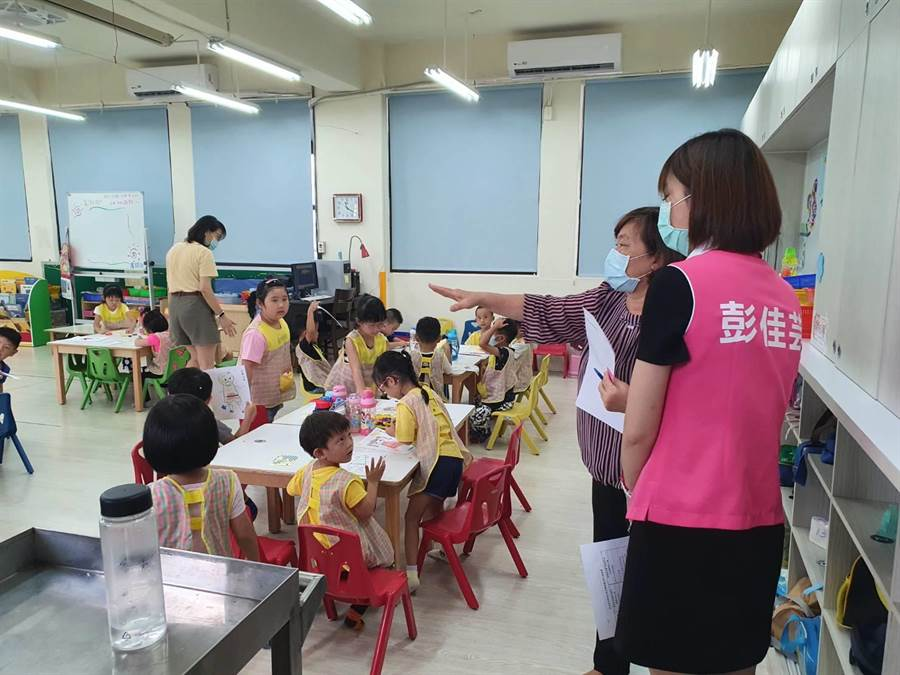 蘆洲國中附屬幼兒園開學後有21位幼童有發燒病徵,令家長們很擔憂,擔心幼兒園爆發集體病毒傳染,找上新北市議員彭佳芸尋求改善(戴上容攝)