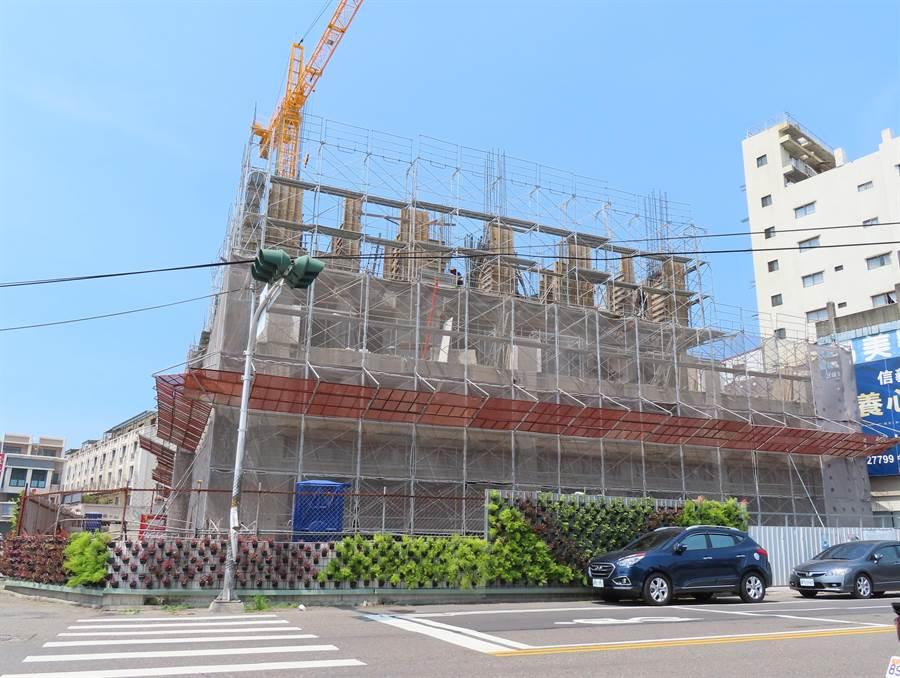 彰化市中正路住宅大廈就在最有名的餐廳對面,大興土木了。(吳敏菁攝)