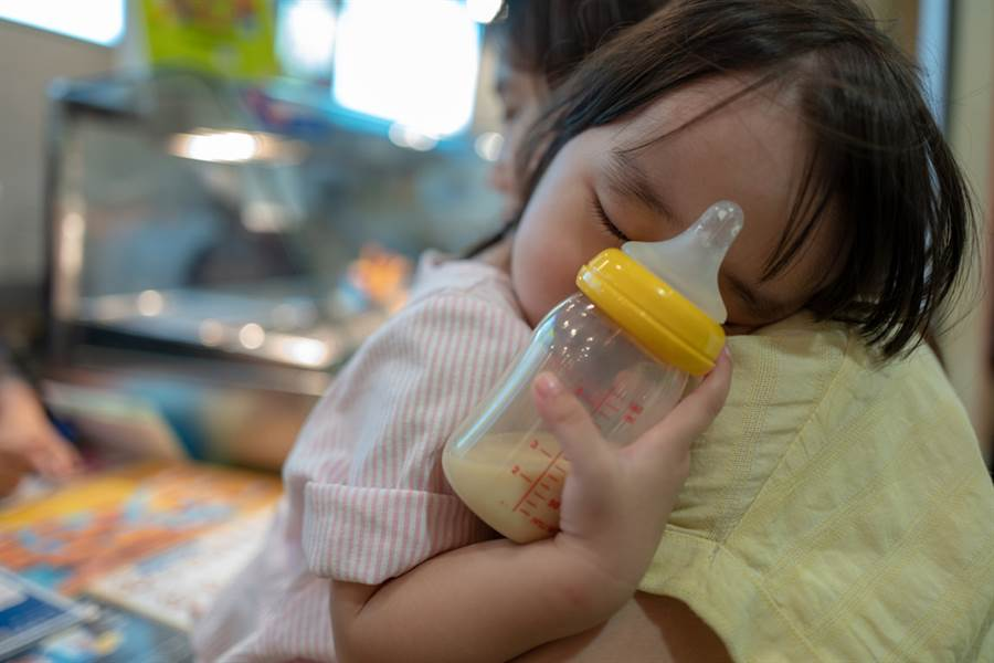 地方媽媽揹嬰吃麵 老闆娘脫口「女兒破盤子」犯眾怒(示意圖/達志影像)