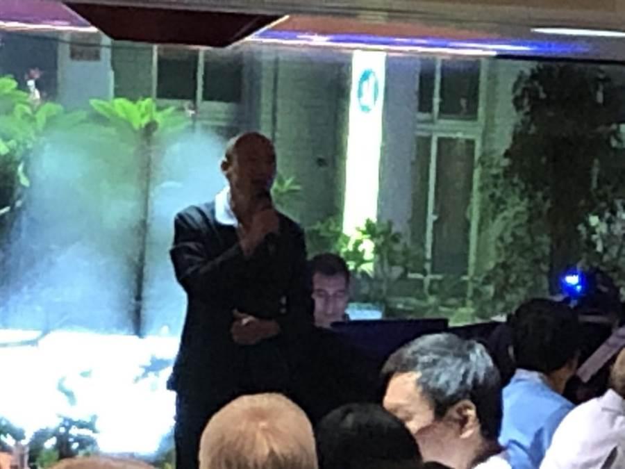 韓國瑜今晚宴請上百位國政顧問團及市府團隊,致詞時說:「許多人勸我雲淡風輕,但我的內心依然澎湃洶湧。」(圖/與會者提供)