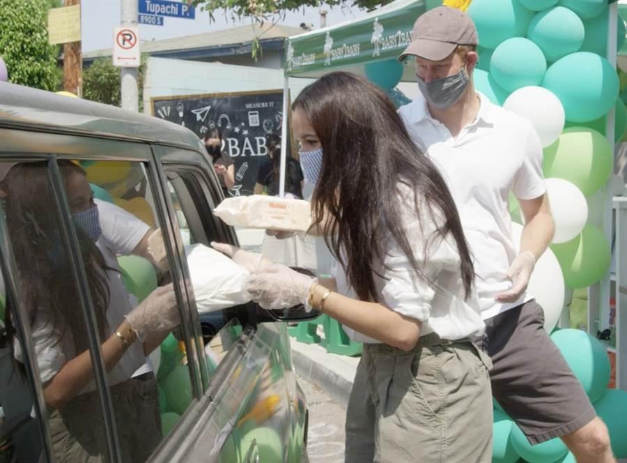 梅根和夫婿哈利8月19日在加州洛杉磯諾克斯小學(Knox Elementary)協助分送學童各式必需品。(達志圖庫/TGP)