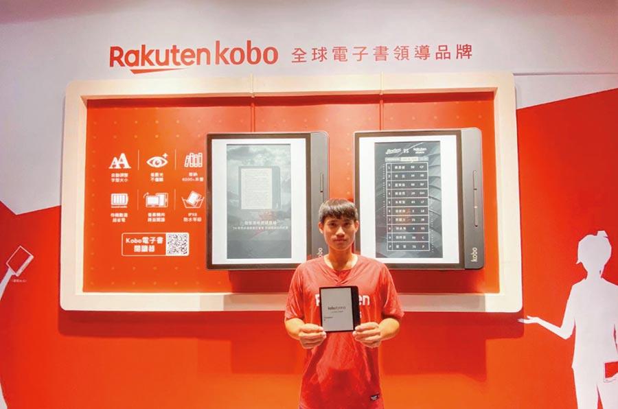 樂天Kobo電子書攜手樂天桃猿隊、元太科技、振曜科技,在桃園國際棒球場打造全球最大閱讀器造型的電子紙看板,給球迷與書迷更多視覺體驗。圖/樂天Kobo