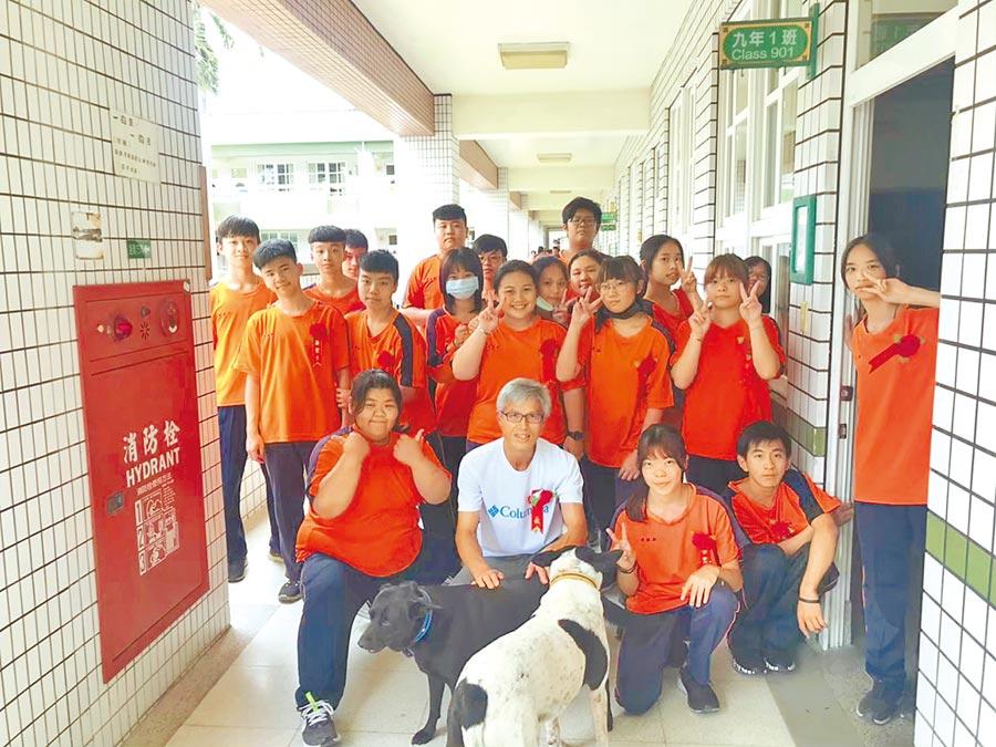 雲林縣古坑國中校內2隻流浪犬9日被送養到30公里外的褒忠鄉,隔天早上雙雙脫逃,其中「小白」獨自徒步走回古坑鄉找學生。(古坑國中老師提供)