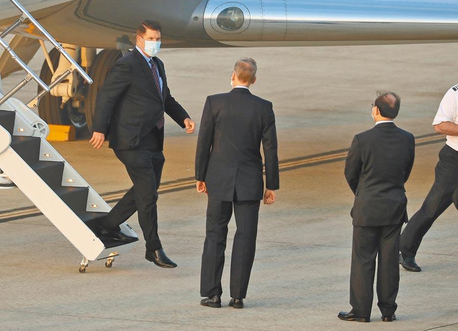 美國國務院次卿柯拉克(左1),17日下午飛抵台北松山機場,AIT處長酈英傑(左2)親自接機。(中央社)
