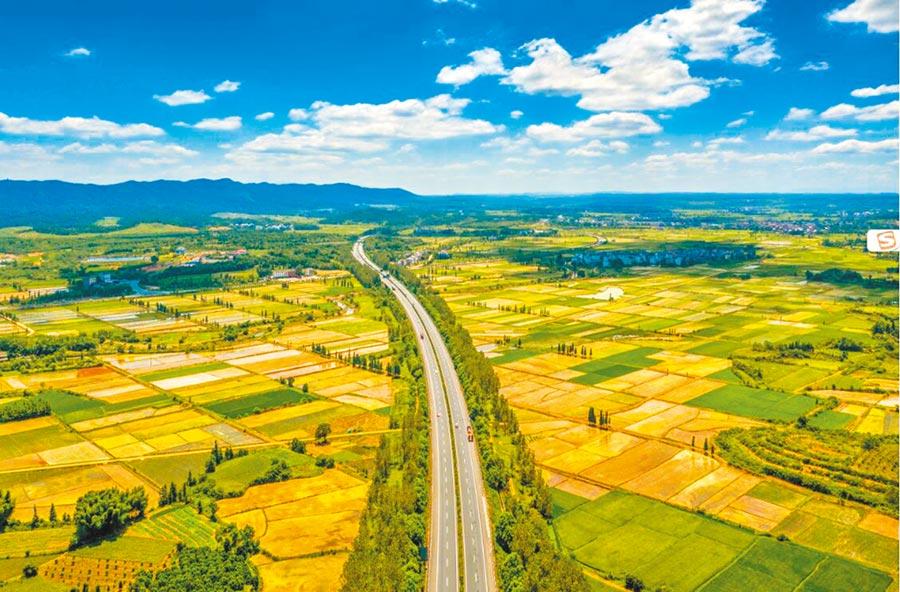 江西高速公路美如畫。(圖:章娜)