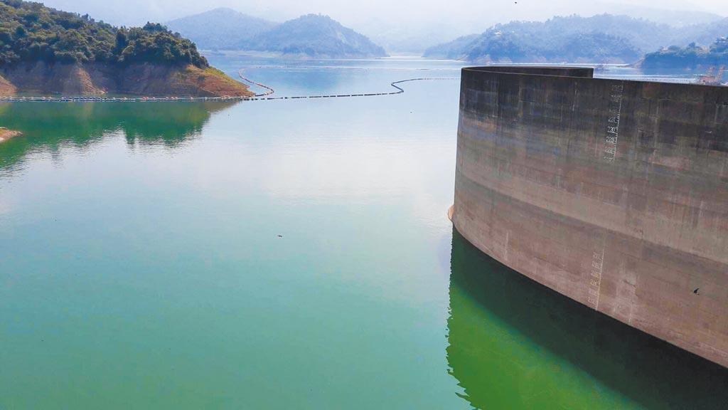 水利署表示,今年水庫蓄水量較往年偏低,烏山頭、曾文水庫截至18日下午5點有效蓄水量44.5%,圖為曾文水庫目前水位211.31公尺。(南區水資源局提供/劉秀芬台南傳真)