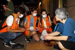 旺旺志工團支援 仕招基金會夜訪街友中秋送暖