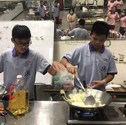 嘉義民生國中學子辦桌 做15道料理感動爸媽