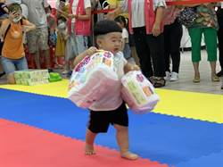 蘆洲公所「寶寶爬行比賽」 寶寶們大包小包獎品搬回家
