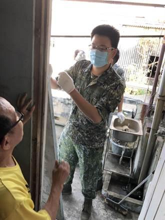 7旬翁無力整頓住處 國軍動員協助清理環境。