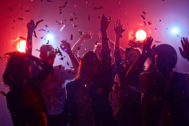 首次赴夜店竟花1.8萬!男曝超扯真相,網全看傻。(示意圖/Shutterstock)