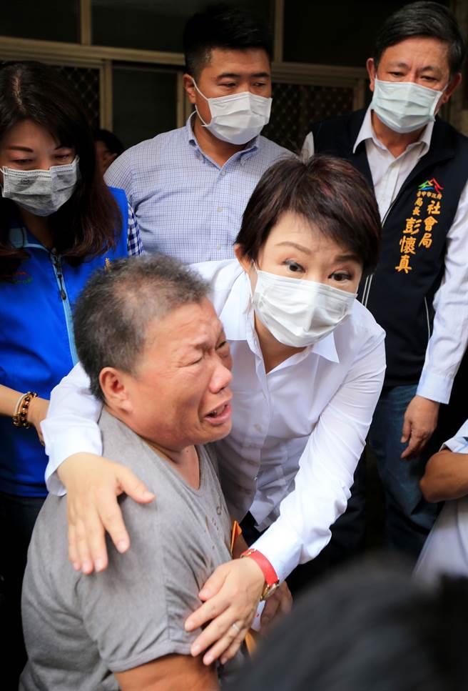 社會局長彭懷真(後右一)今天陪同市長盧秀燕到場關心及協助處理善後。(黃國峰攝)