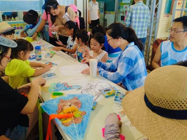 限量手作彩繪風箏免費體驗,歡迎親子一同手作彩繪風箏。(台中市觀光旅遊局提供/王文吉台中傳真)