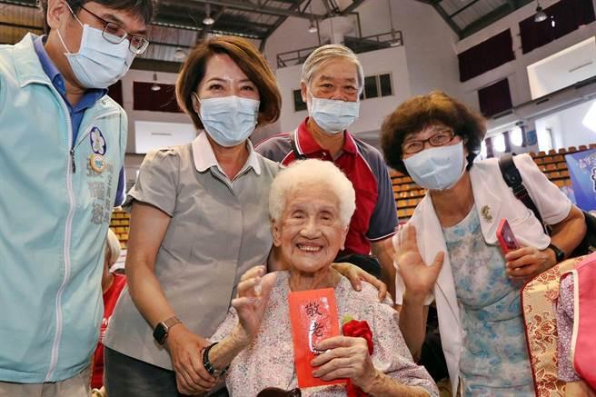 嘉義市副市長陳淑慧(左二)致贈99歲林劉蕊阿嬤敬老紅包。(嘉義市政府提供)
