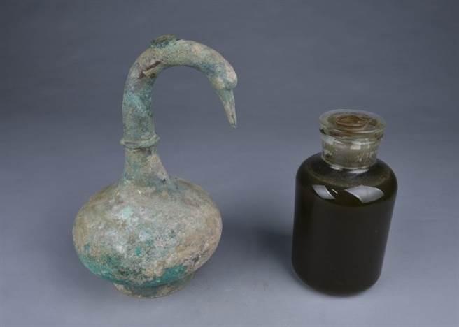 鵝首曲頸青銅壺(左)內的液體,經檢測為西漢早期的古酒。。(圖/擷自東網)