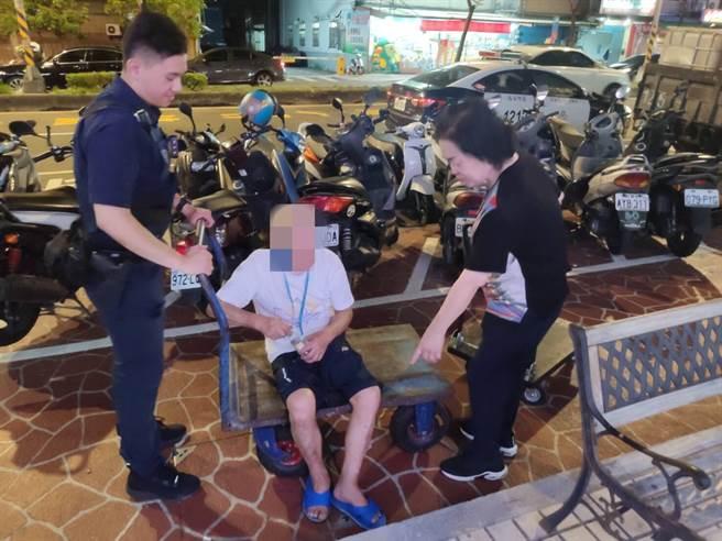 桃園市蘆竹區南山路一段日前1名雙腿不良於行的老先生坐在地上,員警乾脆借來手推車,送老翁回家。(警方提供/賴佑維桃園傳真)
