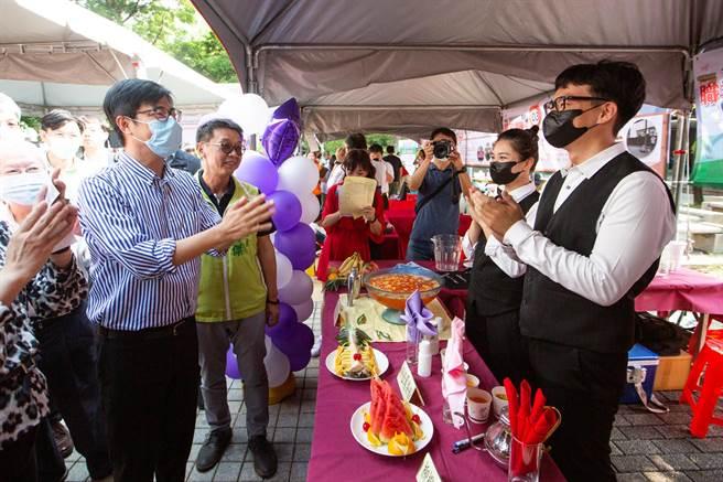 陳其邁表示,未來會透過勞工局舉辦更多中小型徵才媒合活動,解決青年失業問題。(袁庭堯攝)