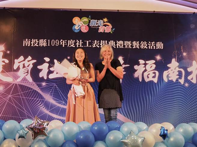 张佩君(左)获得活力新秀奖。(南投县政府提供/廖志晃南投传真)