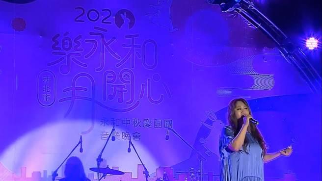 中秋音樂晚會請到多位人氣歌手現場開唱。(永和區公所提供)