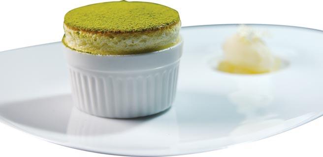 「主廚套餐」中的甜點〈日式抹茶舒芙蕾〉,是以傳統的法式舒芙蕾加入京都宇治抹茶,提升爽口感與幽微茶香氣。圖/姚舜