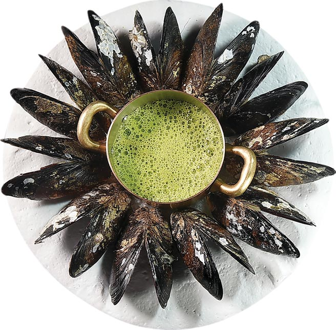 即將推出的「主廚套餐」中,〈馬祖淡菜.櫛瓜高湯〉綿密的綠色湯汁是將櫛瓜外皮熬煮成高湯底,除加淡菜提鮮,並加了點咖哩粉使味道更有層次。圖/姚舜