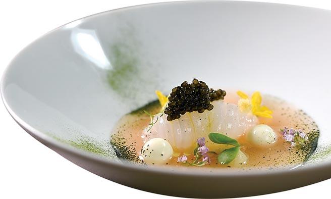〈軟絲.Mozzarella起司.魚子醬.番茄澄清湯〉以綴於湯中的微藻粉和魚子醬提鮮,入口海味大噴發。圖/姚舜