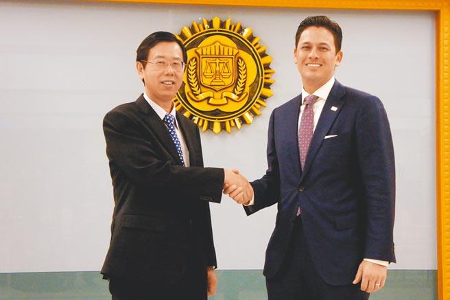 調查局長與美國FBI駐台代表賈智賢(右)感謝雙方在查緝駭客工作上的合作。(張孝義攝)