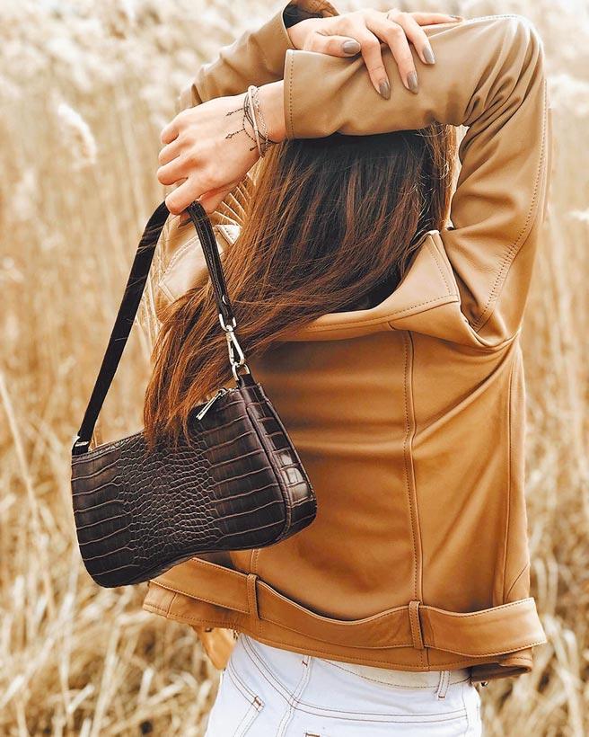 JW PEI是近期人氣品牌,包型好看又價錢可愛,Eva單肩包是其中人氣包款,有許多顏色可供選擇,原價2499元,官網現特價1099元。(JW PEI提供)