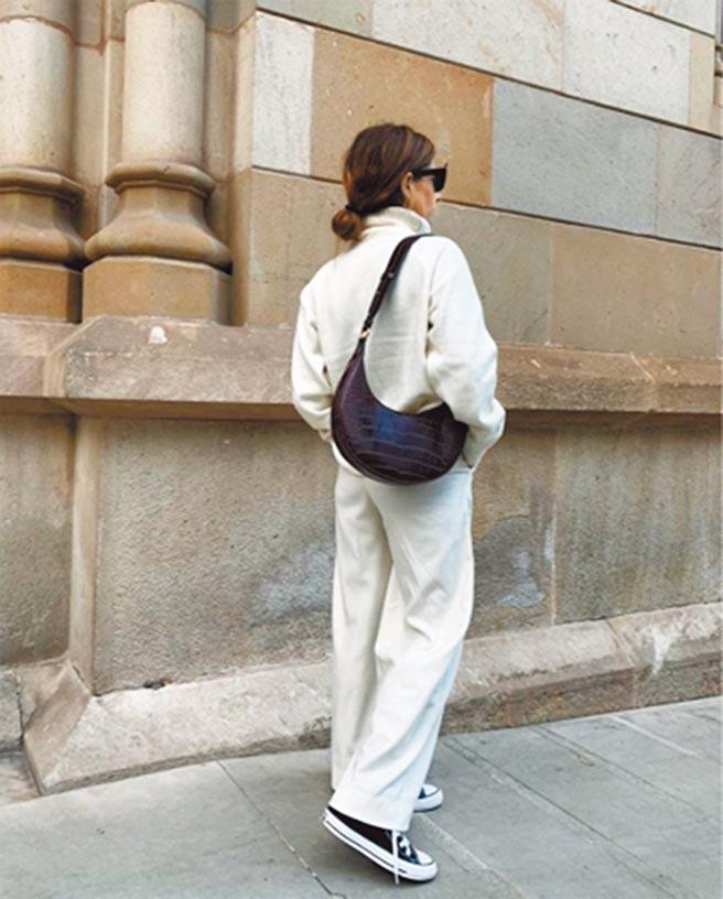 JW PEI Carly馬鞍包也是近期最受歡迎的包款,1499元。(JW PEI提供)