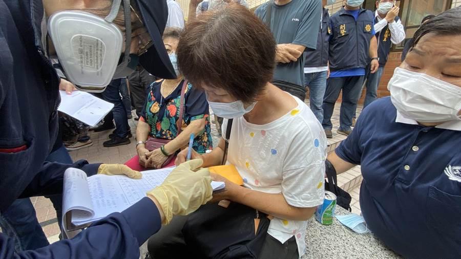 台中市東海商圈火災4死1傷慘劇,一家3口喪身火海的陳家阿嬤傷心悲痛。(陳淑芬攝)