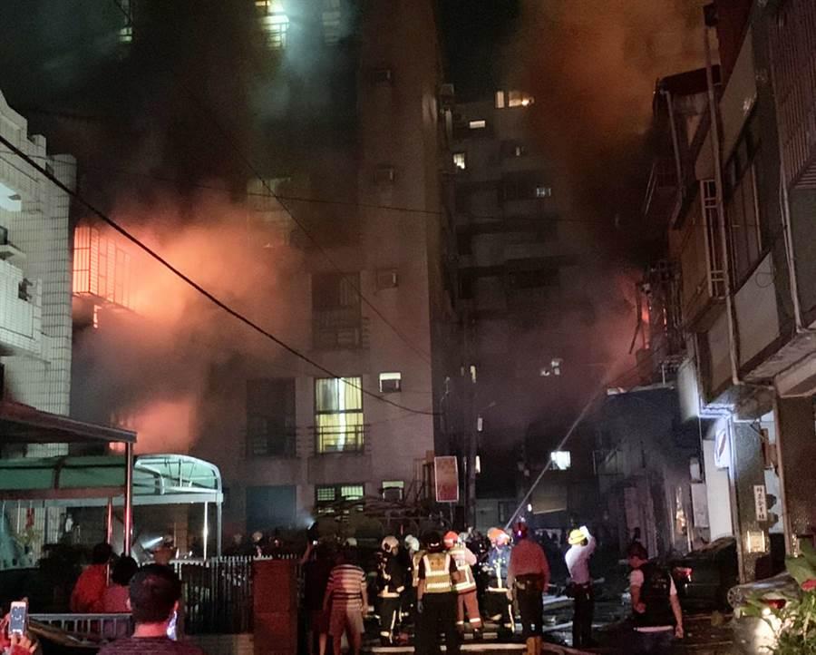 台中市東海商圈新興路59巷發生民宅氣爆,造成4死1傷慘劇,火苗爆飛到對街1戶民宅也遭殃,氣爆原因調查中。(台中市消防局提供)