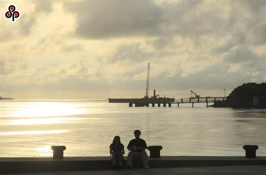 民眾欣賞淡水夕照美景。(張鎧乙攝)