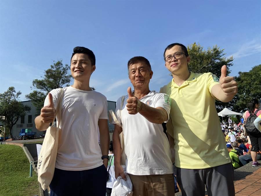 大城營建機構董事長賴源釗(中)19日帶頭與大城團隊一起在大坑步道登山。(盧金足攝)