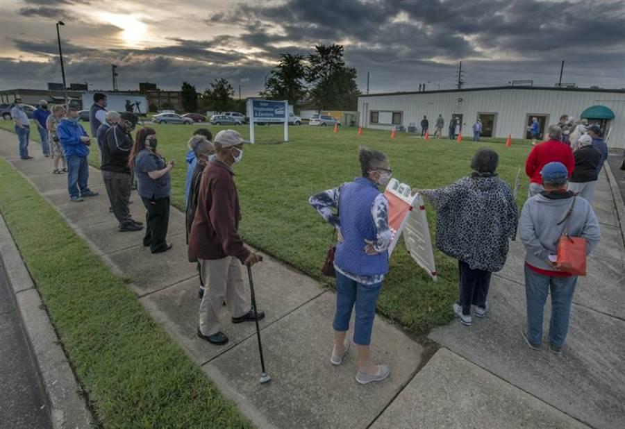 美國明尼蘇達、維吉尼亞、南達科他及懷俄明4州開始提前投票。圖為維吉尼亞州投票所外大排長龍。(美聯社)