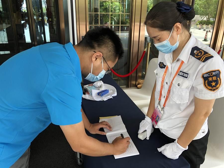 入住的酒店在大門口設置了檢測站,所有進入者必須戴口罩、量體溫並提供健康碼與登記基本資料,方能進入。(王雅芬攝影)
