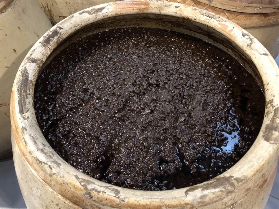 廈門古龍醬與台灣古法釀造醬油的方式一模一樣。(王雅芬攝影)
