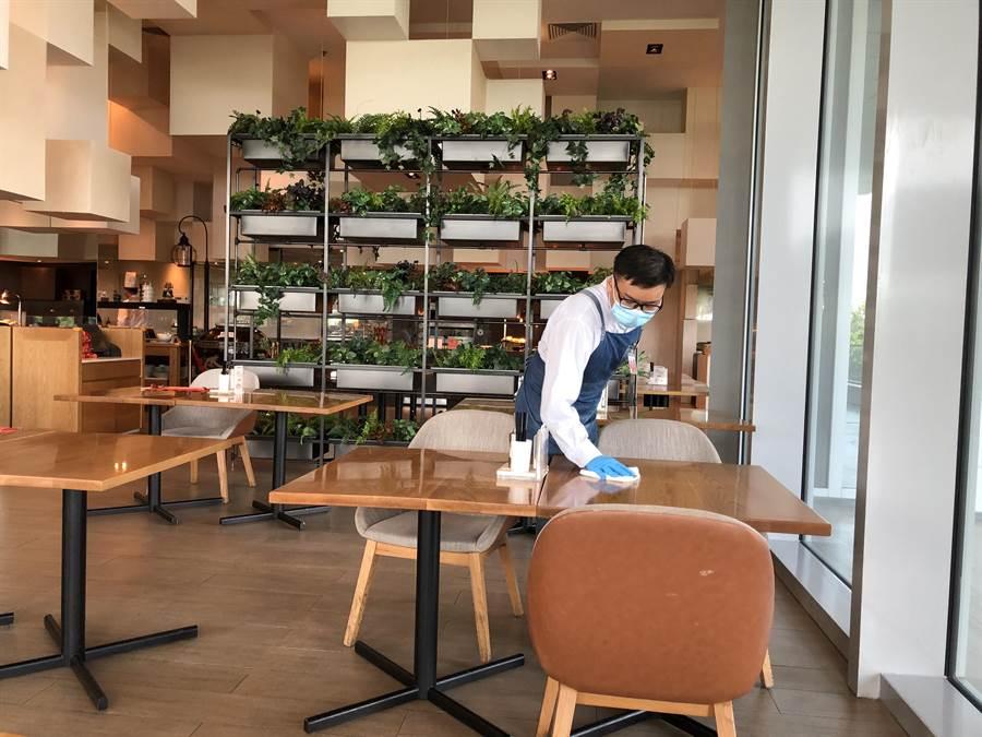 餐桌椅ㄧ經使用立刻消毒並嚴格執行梅花座。(王雅芬攝影)