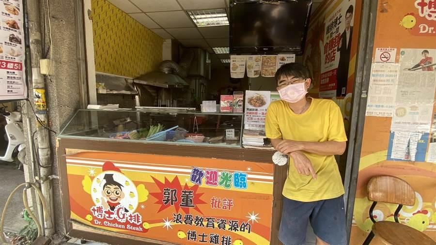 博士雞排面臨人力短缺困境,創辦人宋耿郎決定轉讓潭子分店經營權,一個禮拜以來有多人洽談,因轉讓價碼談不攏,轉手不太順利。(王文吉攝)