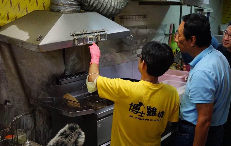 鴻海創辦人郭台銘(右)去年造訪博士雞排,他多年前斥責政大博士生宋耿郎(左)「浪費教育資源」,雞排店因此聲名大噪。(王文吉攝)