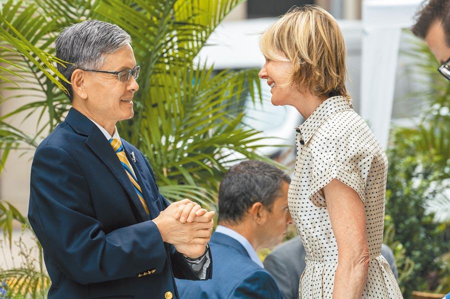 美國駐聯合國大使克拉夫特(右)和我駐紐約代表李光章(左)共進午餐,對此,大陸常駐聯合國副代表耿爽17日再次表達不爽,並對美國常駐團提出嚴正交涉。(美聯社)